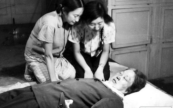 王晶垚1966年8月5日买相机拍下女儿跪泣在母亲遗体边照片