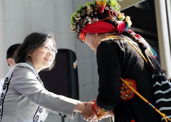 蔡英文(左)在8月1日向原住民族道歉