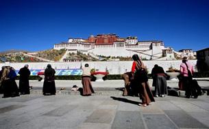 藏族朝圣者在拉萨布达拉宫前朝圣