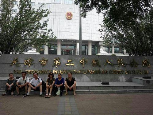 辛巴、周丽等维权人士在天津二中院门前被警察带走1