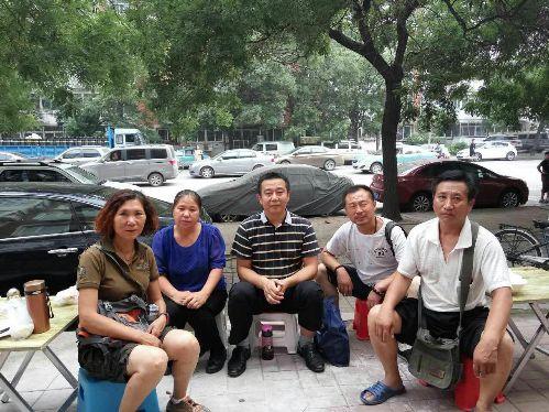 辛巴、周丽等维权人士在天津二中院门前被警察带走4
