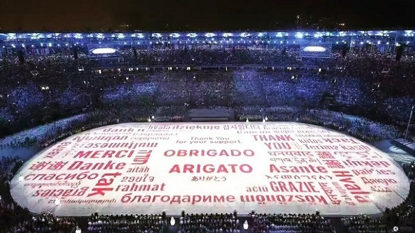 里约奥运会闭幕式上出现的投射在场地上的用各国文字表达感谢的光影中,有三个藏文字清晰而夺目