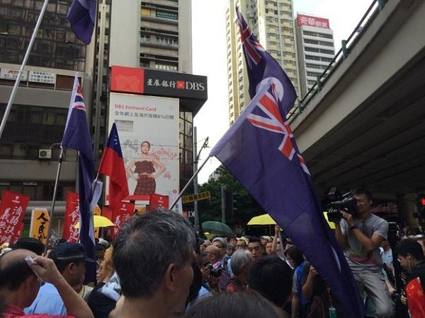 香港市民挥舞象征港独的龙狮旗