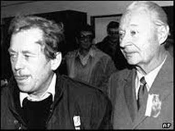 哈维尔(左)