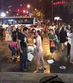 这是今天中国新一代的一个镜头:因为丈夫不给买新手机,妻子公然的大街上脱光要挟丈夫。