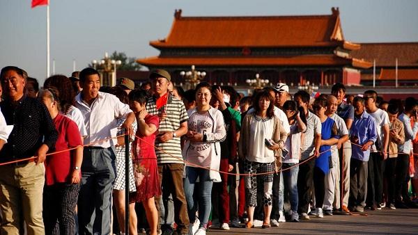 9月9日天安门广场排队等待进入毛泽东纪念堂的民众
