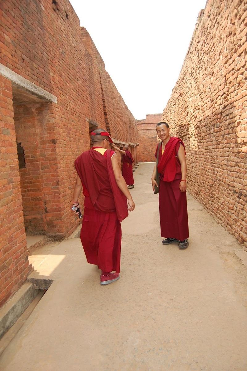 三位格尔登寺僧人,在那兰陀的残垣断壁之间