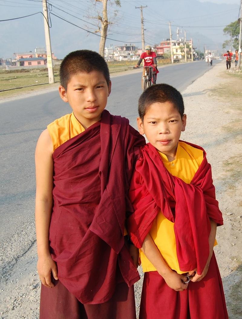 两位穿着红色袈裟的小人儿