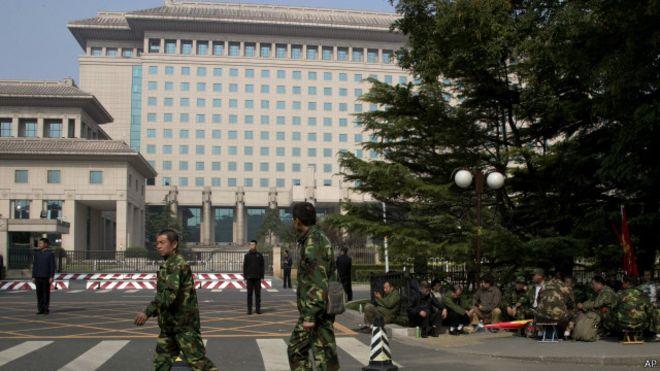 10月11日国防部八一大楼外聚集了很多退伍军人