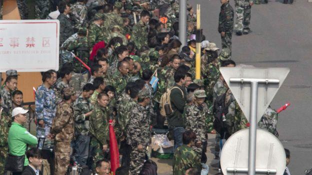 国防部八一大楼外聚集了很多退伍军人2