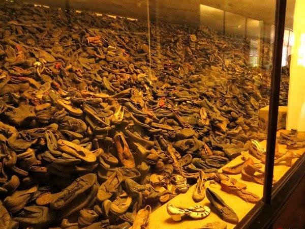 堆积如山的头发、鞋子和其他物品-奥斯维辛