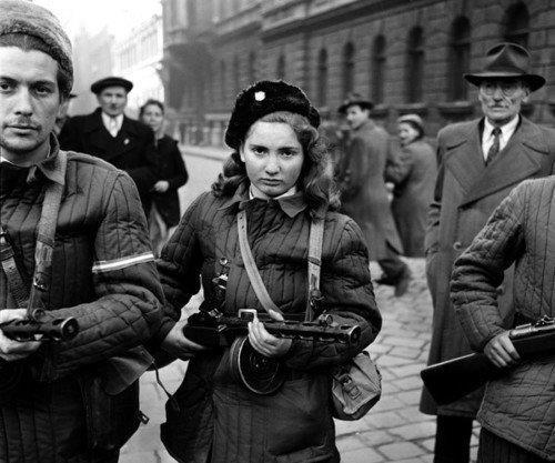 布达佩斯的学生从警察局的武器库取了枪