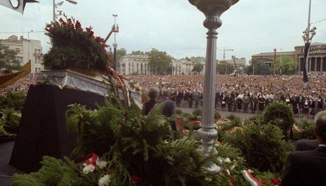 布达佩斯英雄广场上为纳吉举行重新落葬的悲壮场面
