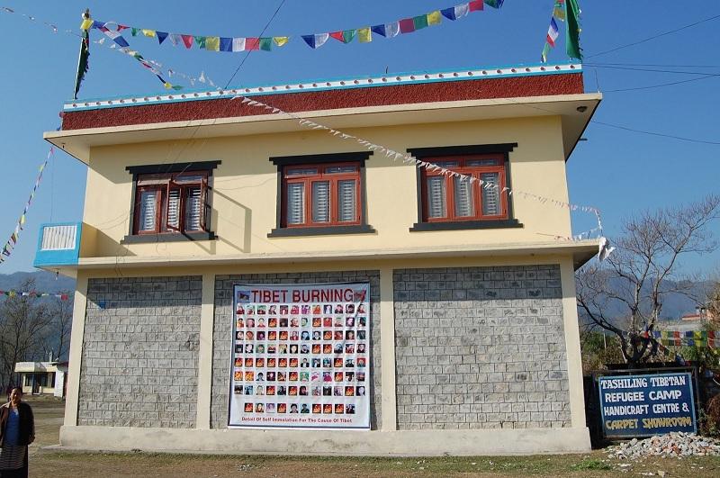 挂着那一百多位自焚藏人的照片