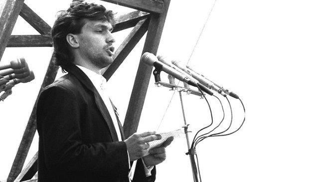 现匈牙利总理欧尔班,27年前(当时才26岁)在纳吉葬礼上作演说