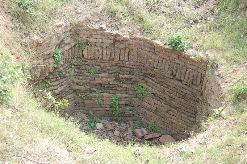 那兰陀废墟之间的枯井