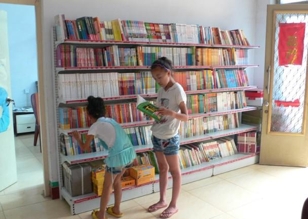 在河南省农村,本地的公民用自己老家房屋,改建成小图书室。