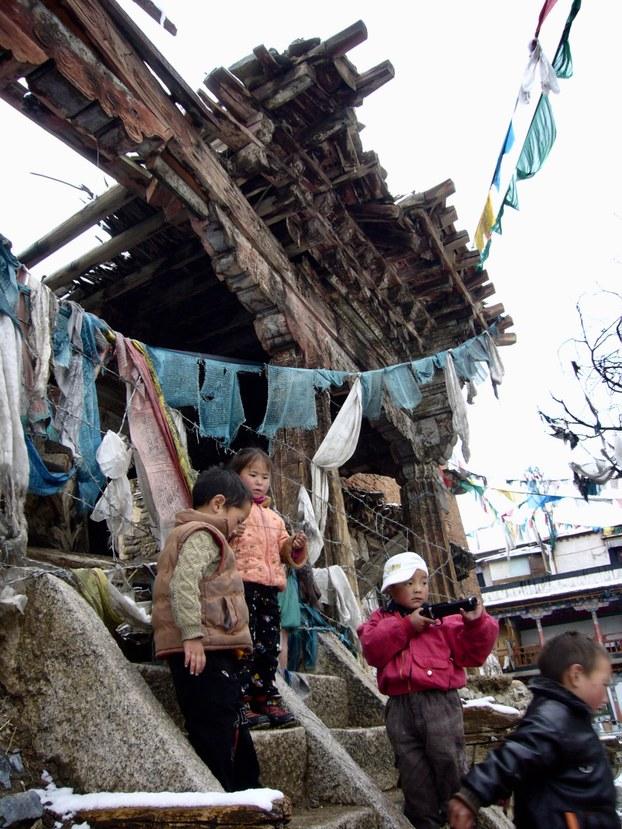 拉萨喜德林寺废墟前的孩子