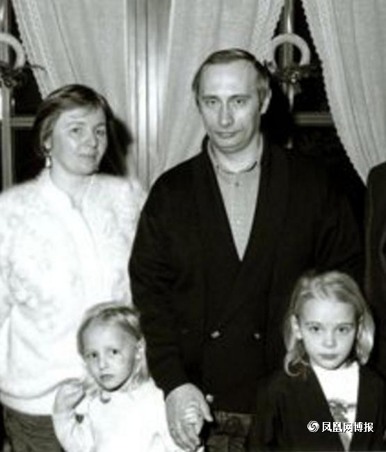 普京旧日全家福,右下为玛利亚