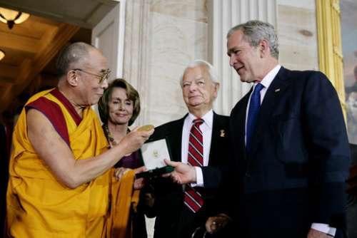 2007年10月17日,小布什总统高调出席美国国会颁赠金质奖章给达赖喇嘛仪式