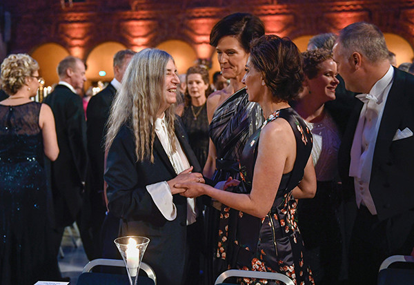 US singer Patti Smith (L) talks to Swedish conservative leader Anna Kinberg Batra (C) and US ambassador Azita Rajis (R) at the 2016 Nobel prize award banquet at the Stockholm City Hall on December 10, 2016. Ms. Smith performed one of Literature prizewinner Bob Dylan's songs at the award ceremony earlier on Saturday. / AFP PHOTO / TT News Agency / JESSICA GOW / Sweden OUT