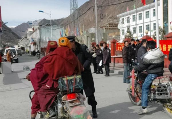 僧俗藏人在西藏昌都地区边坝县被检查场景