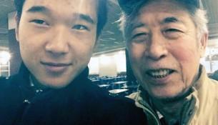 山东退休教授孙文广(右)