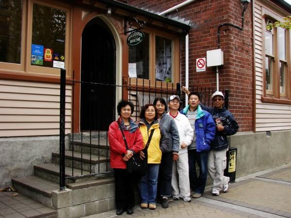 周素子(左3)与朋友在基督城