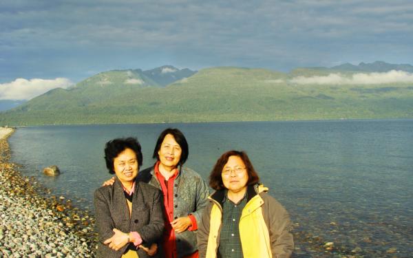 蔡咏梅与周素子(中)和另一位女作家齐家贞(左)在新西兰南岛瓦卡提普湖