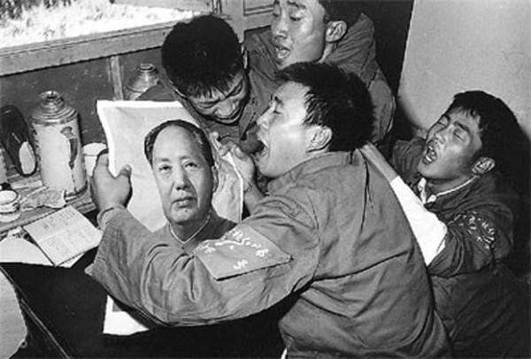 青年们手捧毛泽东像