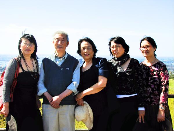 2009年周素子(中)与丈夫陈朗(左二)及三个女儿在新西兰奥克兰