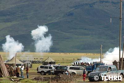中共大批警察全副武裝開赴現場準備鎮壓藏人茫然無策