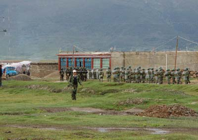 中共大批警察全副武裝開赴現場準備鎮壓