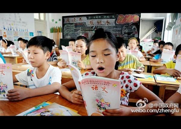 中国小学生在课堂上朗诵课文