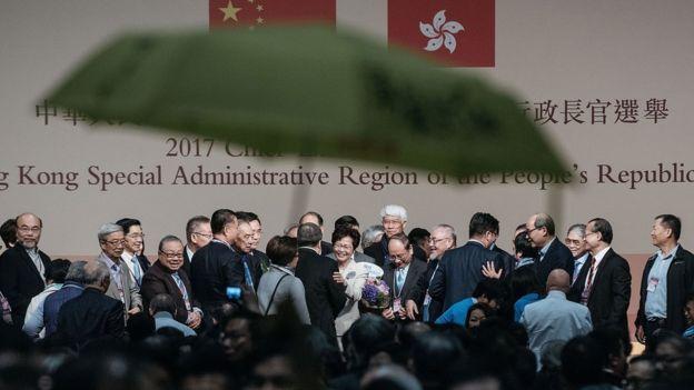 会场内,林郑月娥当选一刻,有人举起黄伞抗议