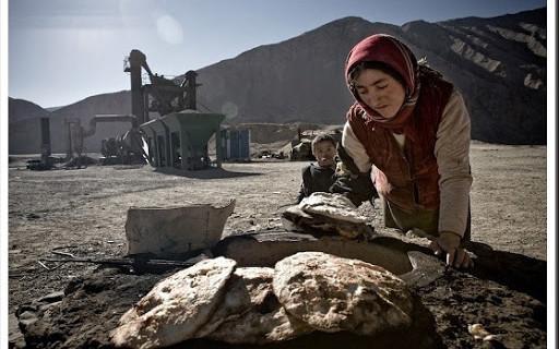 兜售小商品的维族人自行组成的路边市场