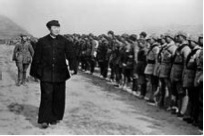 八路军南下支队出发前接受毛泽东检阅