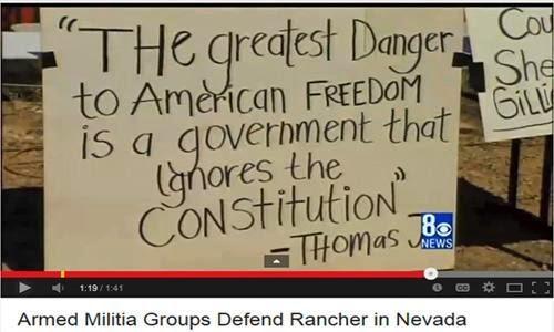 """公路边架设的标语看板:""""美国人民自由的最大威胁是践踏宪法的政府""""—汤玛斯杰弗逊总统。"""