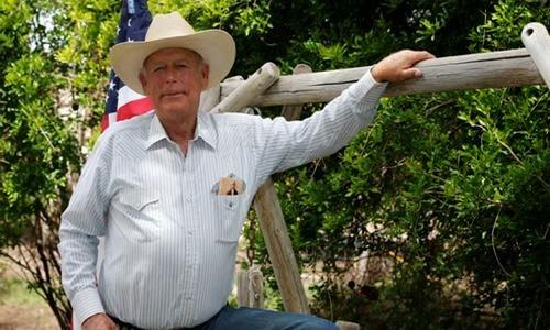 内华达牧场主克雷福·邦迪,背靠星条旗,口袋里插着杰弗逊照片