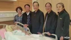 前中国总理温家宝曾前往医院看望李昭,当时胡德平和胡德华(右二)在场