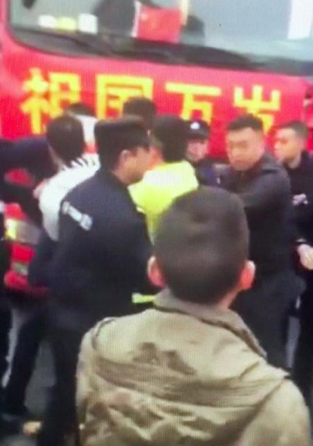反韩示威者被带走