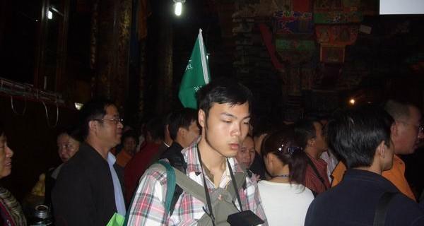 图为在大昭寺参观的游客们2