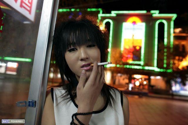 图为西藏拉萨的一名娼妓...