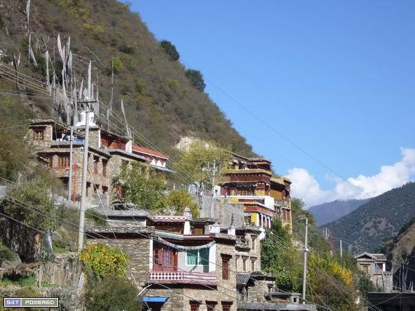 图1:雅江县城的山坡上,那座黄色遇绛红色相间的藏式寺院,丹增德勒仁波切曾经居住于此,而今人去房空