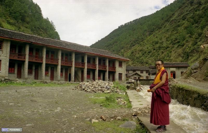 图1:1999年,丹增德勒仁波切在雅江县他办的学校前。