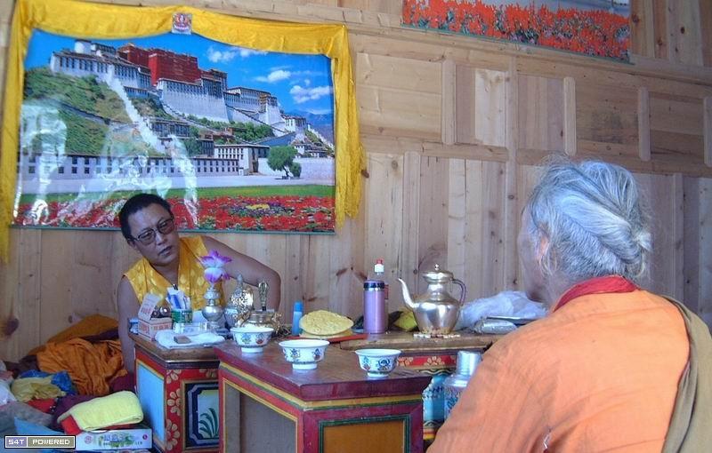 图2:坐在丹增德勒仁波切对面的老人曾经酗酒如命,后来在仁波切的要求下戒了酒。他说仁波切给了他长寿的生命。