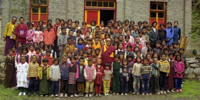图2:1999年,丹增德勒仁波切与他办的学校师生合影(如今学生们又在何处?)。
