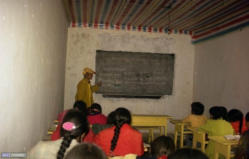 图4:1999年,丹增德勒仁波切的学校在上课。