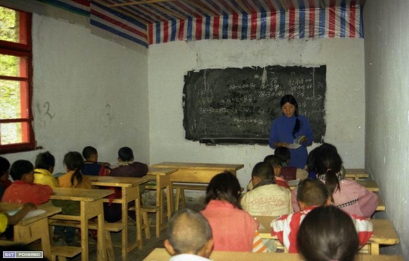 图5:1999年,丹增德勒仁波切的学校在上课。