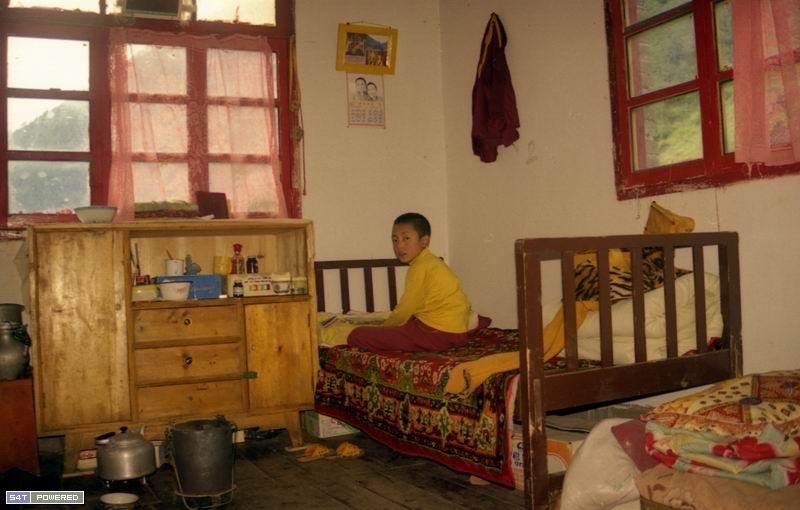 图7:孤儿学生在宿舍里。